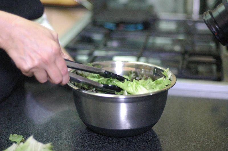 Para preparar la ensalada; desinfectar las hojas de lechuga en un tazón con suficiente agua y unas gotas de desinfectante durante 5 minutos.
