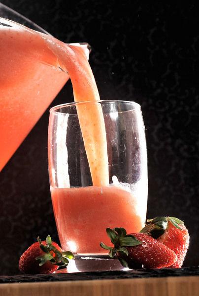 Servir en vasos altos decoradas con un trozo de fresa.
