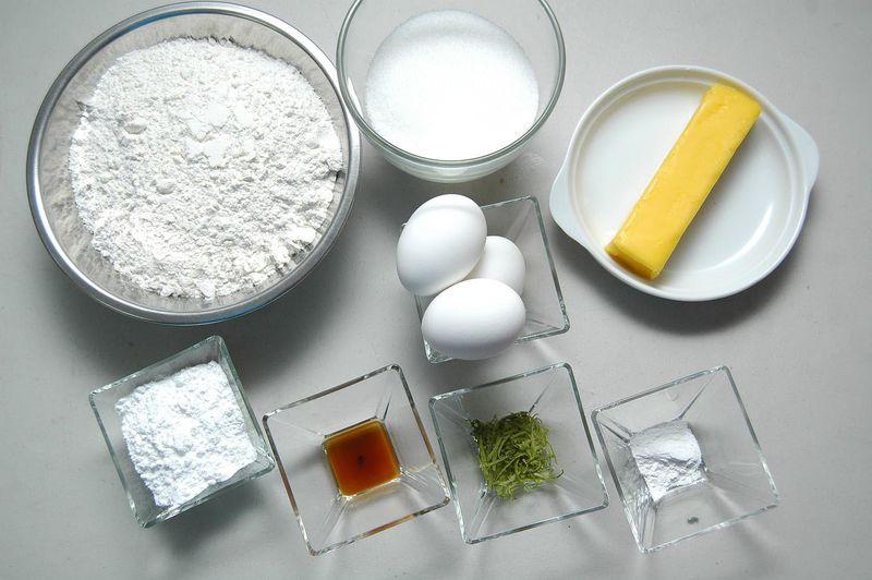 Ingredientes para galletas 90 gramos de mantequilla 1 taza de azúcar blanca 90 gramos de mantequilla 1 cucharita de polvo para hornear (levadura química) 3 piezas de huevo 2 cucharadas de ralladura de cáscara de limón 1 cucharita de esencia de vainilla 2 1/2 tazas de harina de trigo Ingredientes para decorar azúcar glass (pulverizada) al gusto