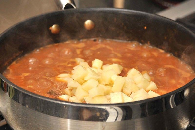 Sazonar con sal al gusto e incorporar la papa. Continuar cociendo con la olla tapada a lumbre bajita durante 15 minutos más o hasta que se cueza la papa.