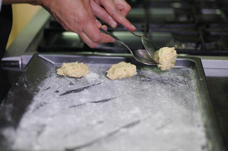 Colocar sobre la charola para horno una cucharada de masa y aplastar un poco, dejar espacio entre las galletas. Hornear a 350 C o 180 F durante 15 minutos o hasta que se vean doradas. Sacar las galletas y dejar que se enfríen.
