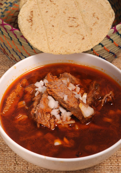 Servir en platos hondos con el jugo que soltó la carne dentro de la vaporera. Si se quiere más picosa se le puede agregar una salsa de chile cascabel.