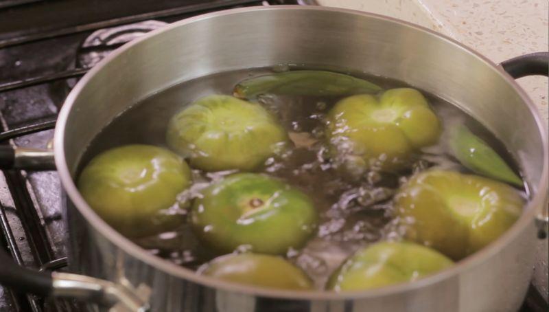 Para preparar la salsa verde; poner a hervir los tomates con los chiles serrano sin rabo durante 3 minutos, solo hasta que se tornen más oscuros. Es importante que la piel no se reviente para que no amarguen.