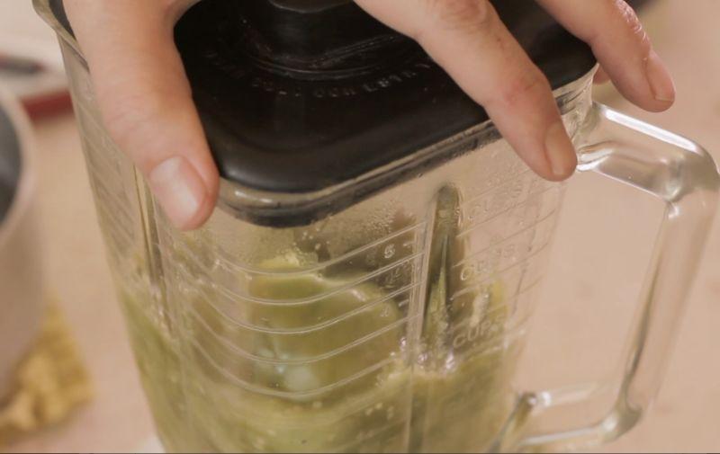 Moler los tomates y los chiles sin rabo en la licuadora junto con el diente de ajo hasta obtener una mezcla homogénea.