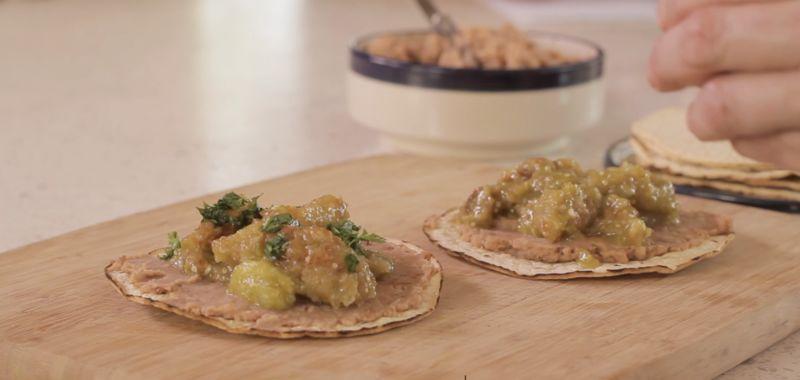 Añadir un poco de chicharrón en salsa verde y decorar con cilantro picado y rodajas de aguacate.