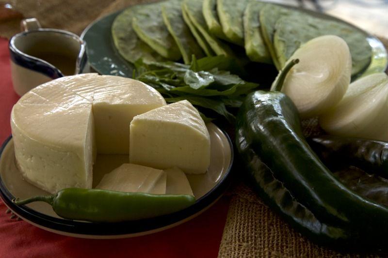 Ingredientes para receta 300 gramos de queso panela aceite de oliva al gusto pimienta negra molida al gusto sal al gusto 2 ramas de epazote 1 pieza de chile serrano 2 piezas de chile poblano 1 pieza de cebolla blanca 10 piezas de penca de nopal