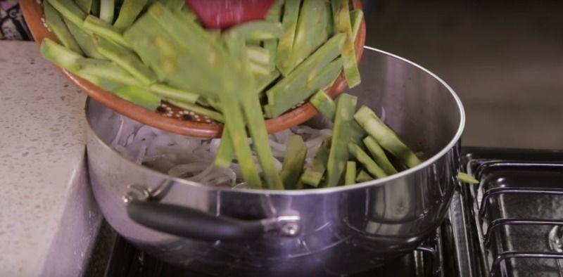 Agregar las tiras de nopal.