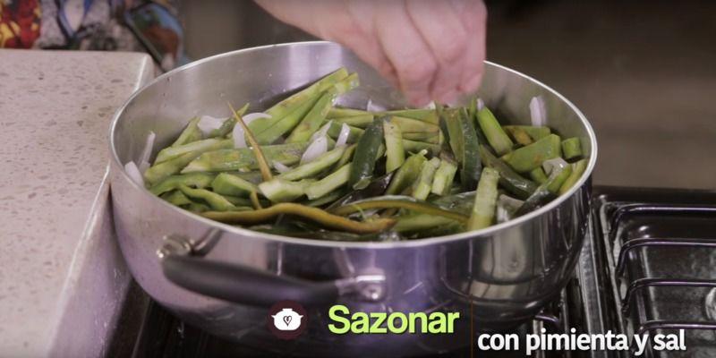 Sazonar con pimienta y sal y continuar cociendo durante 5 minutos más o hasta que todo esté suave.