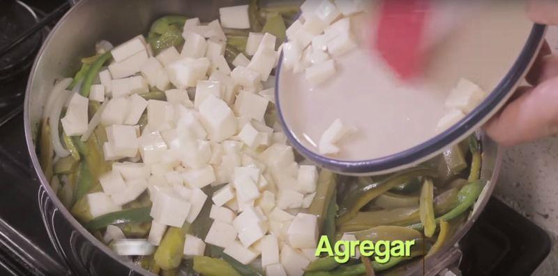 Agregar los cubos de queso y rectificar sazón, continuar cociendo un par de minutos más.