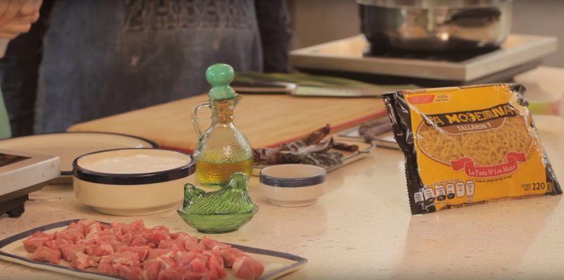 Ingredientes para receta aceite de oliva al gusto pimienta negra molida al gusto sal al gusto 1 1/2 tazas de crema de leche de vaca 1 diente de ajo 1 pieza de chile morita 2 piezas de chile guajillo 1 pieza de chile ancho 250 gramos de pulpa de res 10 piezas de espárrago fresco 220 gramos de pasta de tornillo la moderna