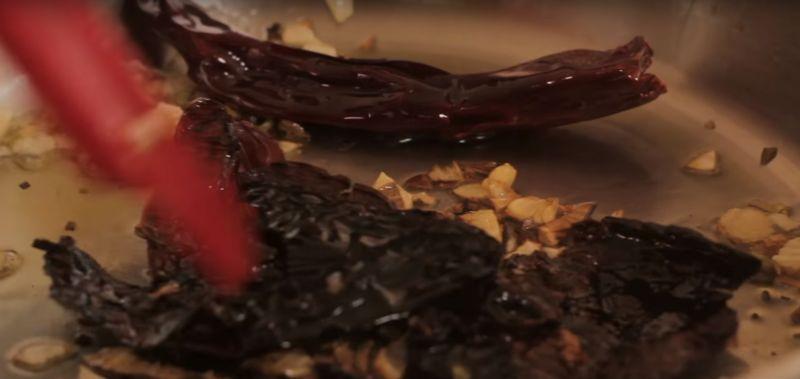Cortar la pulpa de res en cuadros a tamaño bocado y salpimentar por todas partes. Sofreír en un sartén con un poquito de aceite los chiles desvenados cortados en trozos y el diente de ajo un par de minutos moviendo constantemente para que no se quemen. Dejar enfriar