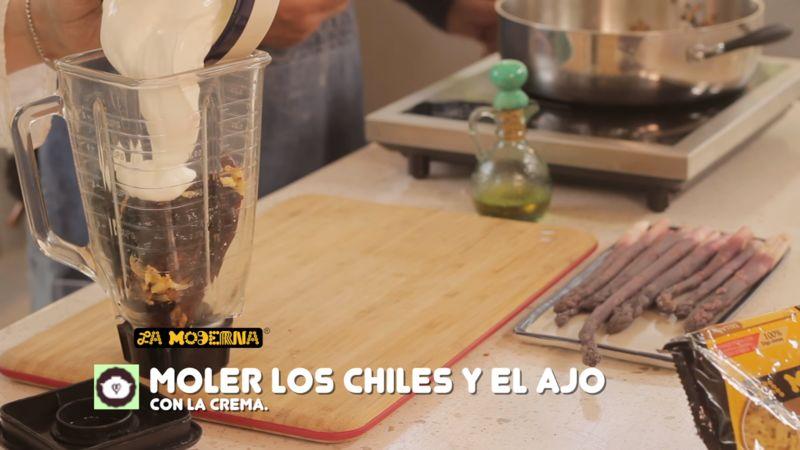 Colocar en el vaso de la licuadora los chiles fritos junto con el diente de ajo. Agregar la crema y moler hasta obtener una mezcla cremosa.