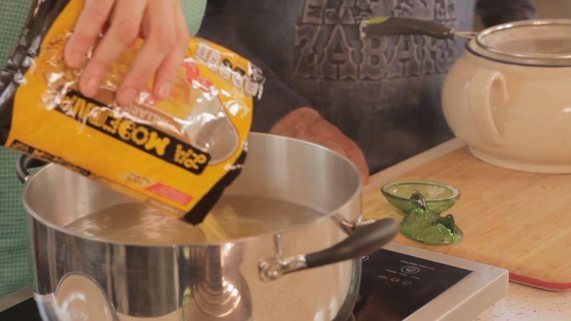 Poner a hervir agua en una olla. Agregar sal y una vez que recupere el hervor agregar la pasta y mezclar. Dejar hervir aproximadamente de 7 a 9 minutos hasta que esté al dente firme por dentro suave por fuera,