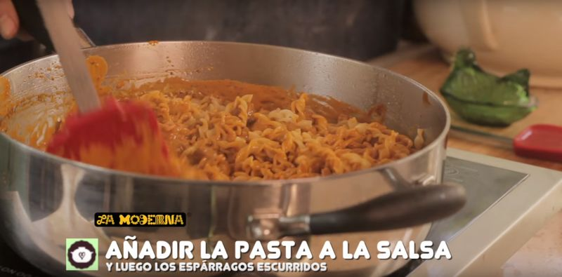 Agregar la pasta de tallarines La Moderna a la mezcla de carne y revolver bien. Rectificar sazón.