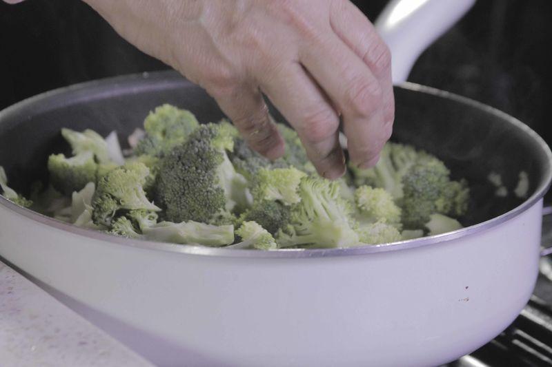Incorporar los floretes de brócoli.