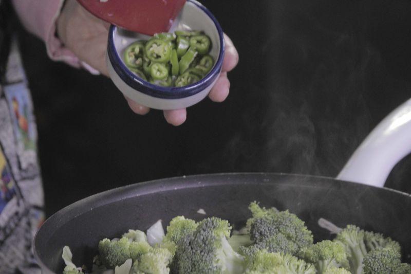 Agregar rodajas de chile serrano y sazonar con pimienta y sal.