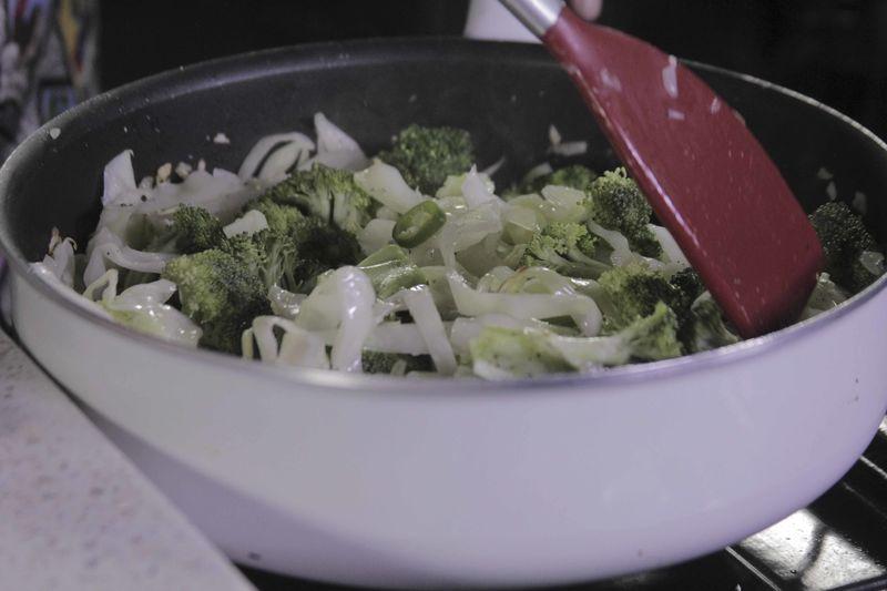 Dejar cocer durante 4 minutos más o hasta que las verduras estén cocidas.
