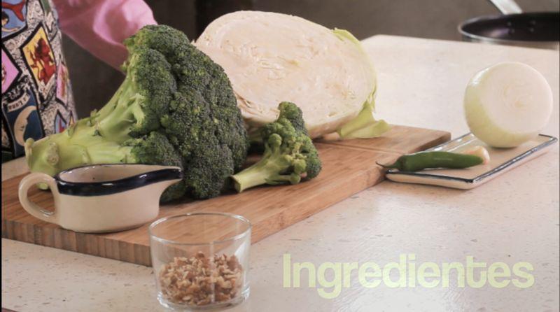 Ingredientes para receta 2 cucharadas de aceite de oliva 1/4 taza de nuez picada pimienta negra molida al gusto sal al gusto 1/4 pieza de cebolla blanca 1 pieza de chile serrano 1 diente de ajo 1 pieza de brócoli 1/2 pieza de col o repollo