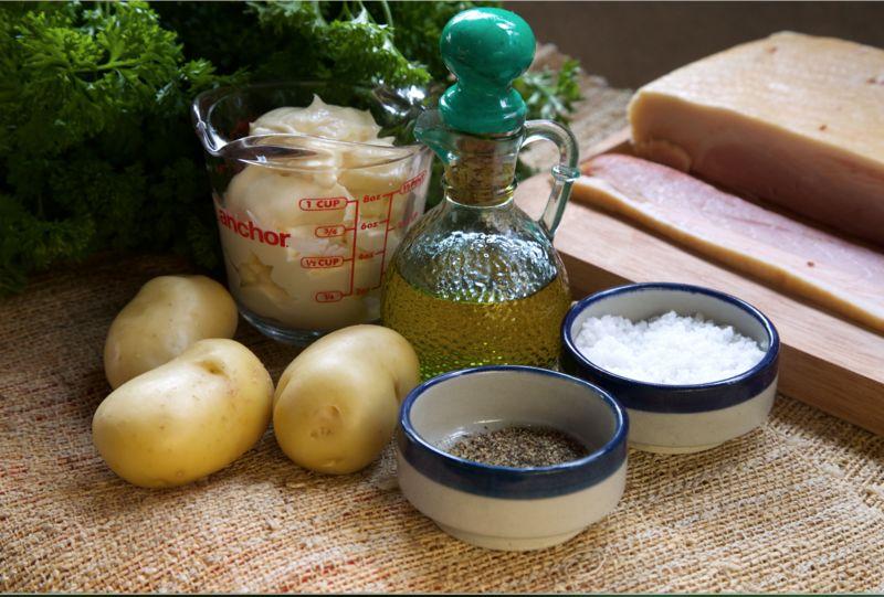 Ingredientes para decorar 1/4 manojo de perejil Ingredientes para aderezo servilletas de papel al gusto 150 gramos de tocino 1 taza de mayonesa Ingredientes para papas aceite de oliva al gusto pimienta negra molida al gusto sal al gusto 3 piezas de papa blanca