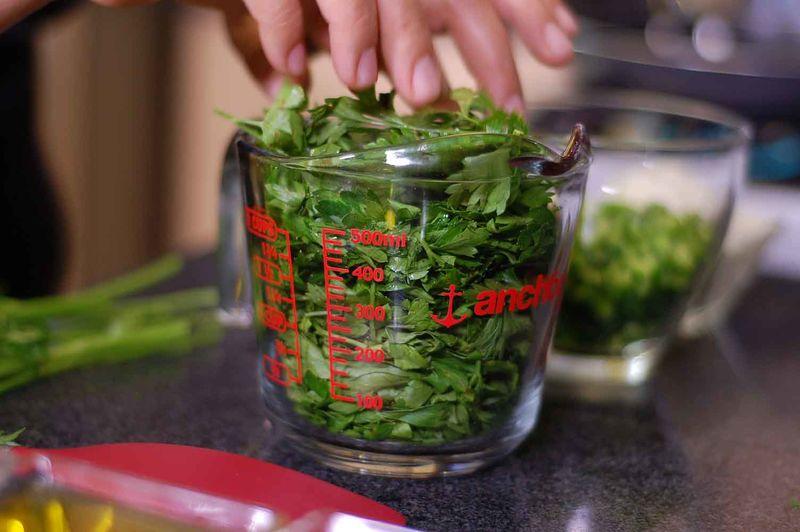 Desinfectar el perejil en un tazón con suficiente agua y unas gotas de desinfectante durante 10 minutos. Escurrir y picar finamente.