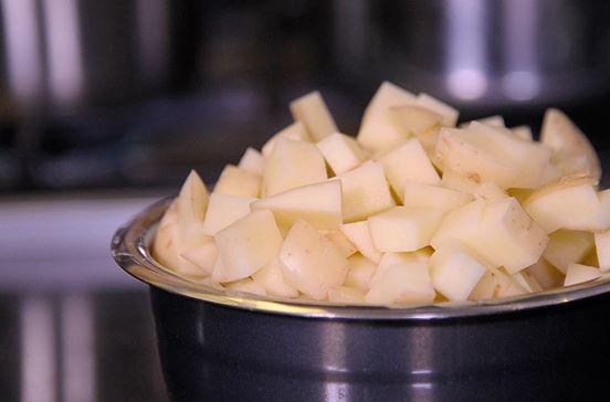 Para preparar las papas; cortar cubos medianos con todo y cáscara.