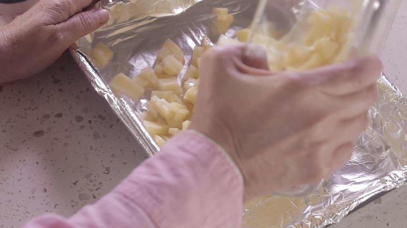 Colocar sobre una charola para horno y extender para que se horneen parejo. Sazonar con pimienta y sal.