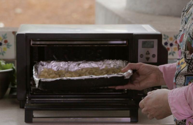 Meter a hornear durante 20 minutos a 350°F (180° C) o hasta que estén cocidas y ligeramente doradas.