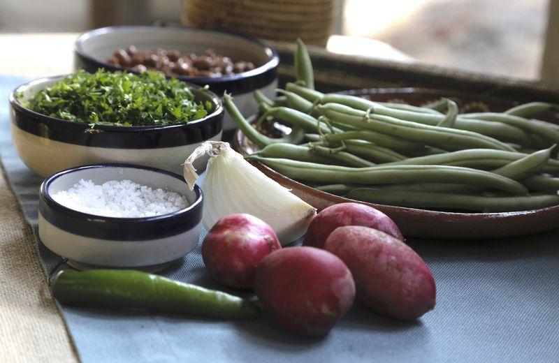 Ingredientes para receta sal al gusto 6 ramas de cilantro 4 piezas de rábano 1/4 pieza de cebolla blanca 1 pieza de chile serrano 1 taza de frijoles cocidos y escurridos 300 gramos de ejotes