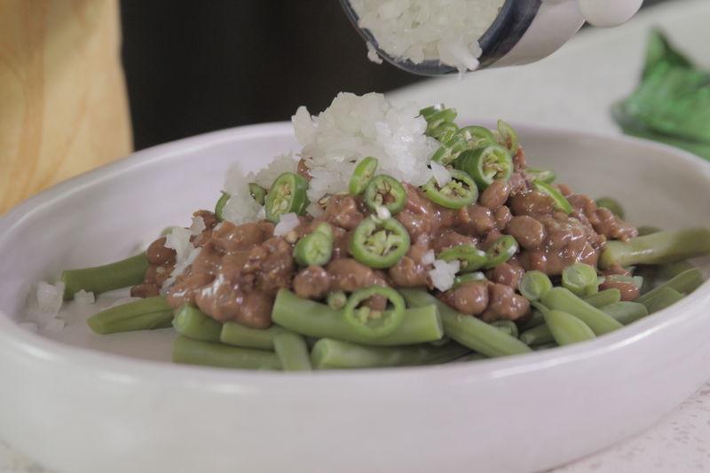 Añadir chile serrano picado, cebolla picada.