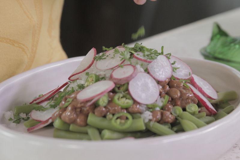 Añadir cilantro picado.Sazonar con sal y revolver bien para integrar todos los ingredientes.