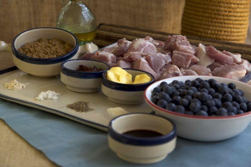 Ingredientes para decorar 1 manojo de cebollín picado Ingredientes para costillas pimienta negra molida al gusto sal al gusto aceite de oliva al gusto 1 cucharada de vinagre balsámico 1/4 cucharita de cebolla en polvo 2 piezas de chile chipotle adobado 1/4 cucharita de ajo en polvo 1/2 taza de azúcar mascabado 2 cucharadas de mantequilla 2 tazas de mora azul 1 kilogramo de costilla de cerdo