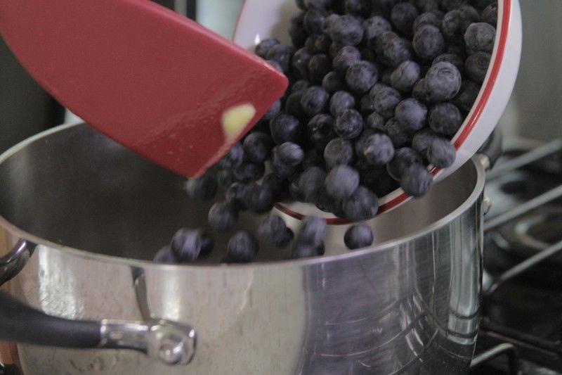 Para preparar la salsa de mora azul; Derretir las dos cucharadas de mantequilla, añadir las moras azules y dejar cocer 5 minutos.