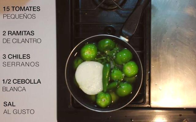 Cocer a alto fuego todos los vegetales y chiles durante 10-15 minutos, una pista para comprobar que ya están cocidos es que el chile serrano y los tomates estén con un color verde seco.
