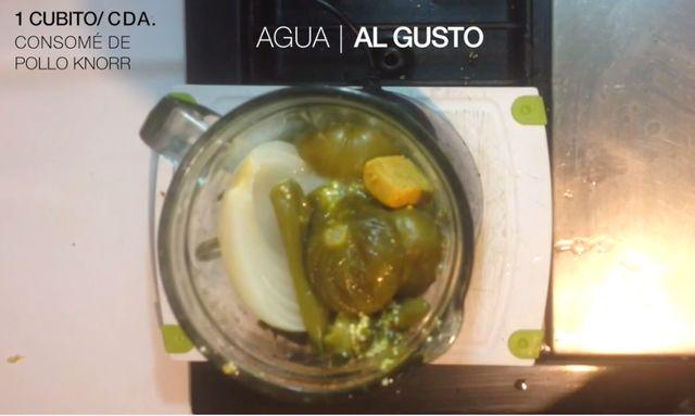 Colocar los ingredientes junto con una cucharada o cubo de Knorr Suiza y agua dependiendo que tan aguada la desees a la licuadora.