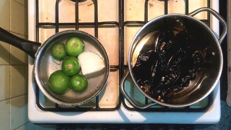 Colocarla suficiente cantidad de agua como para que cubra los ingredientes.