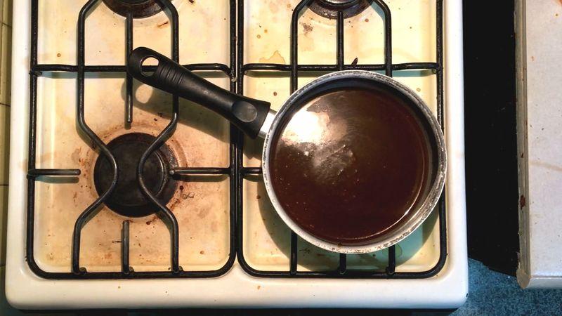 Una vez licuado todo coloque la salsa en una olla pequeña a fuego medio durante 10 minutos para que termine su cocción y tenga mejor sabor.