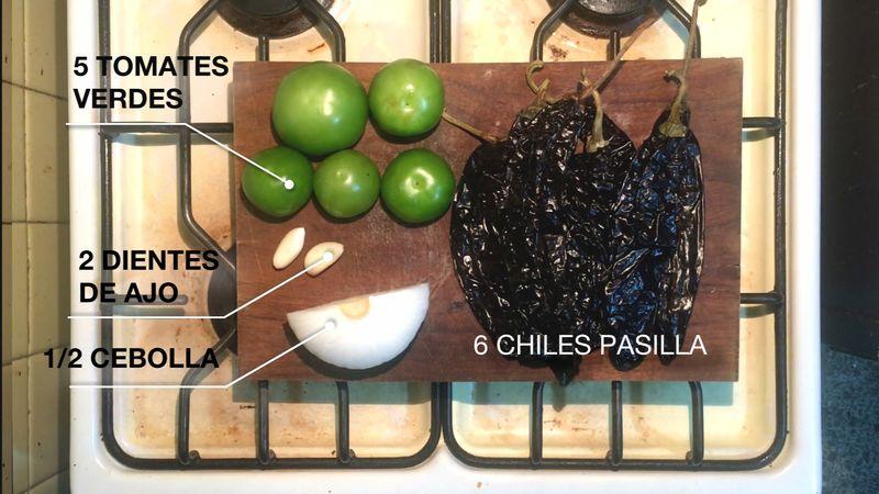 Preparar los ingredientes. Calentar un poco de agua y preparar dos ollas.