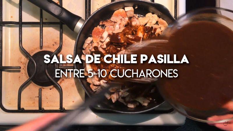 Una vez que el pollo esté mayormente cocido añada entre 5 a 10 cucharones de Salsa de Chile Pasilla, revuelva y tape.