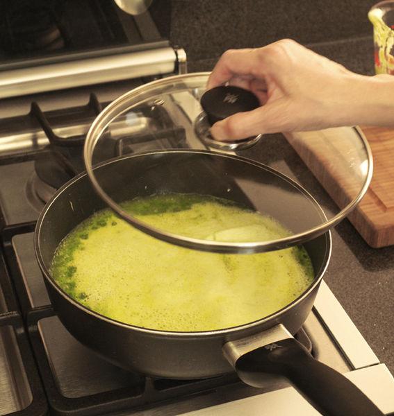 Al soltar el primer hervor bajar la lumbre, cocer tapado a fuego lento durante 10 o 15 minutos hasta reducir el líquido.