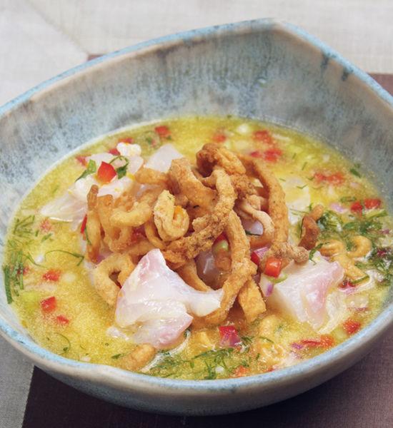 Servir el calamar frito sobre el cebiche en un plato hondo.