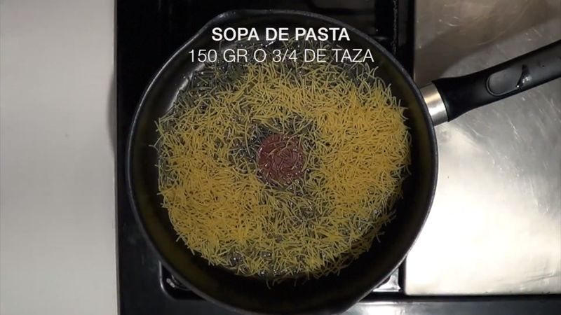 Colocar en un sartén con aceite a fuego alto los 200 gr. de pasta, revolver poco a poco hasta que la pasta se tueste, sin que se queme.