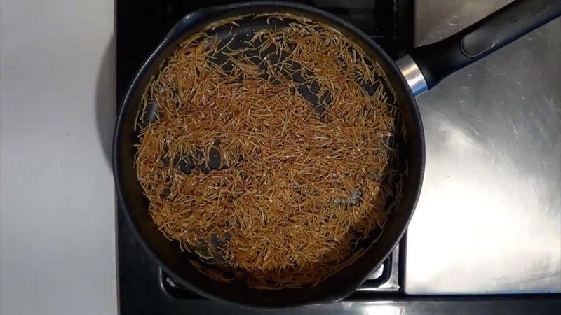 Cuando la pasta obtenga un color café colocar la salsa licuada. Revolver y tapar durante 5 minutos hasta que seque y la pasta absorba la salsa.
