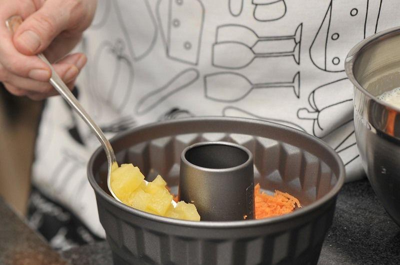 Colocar la zanahoria, la piña y la nuez en un molde para gelatina.