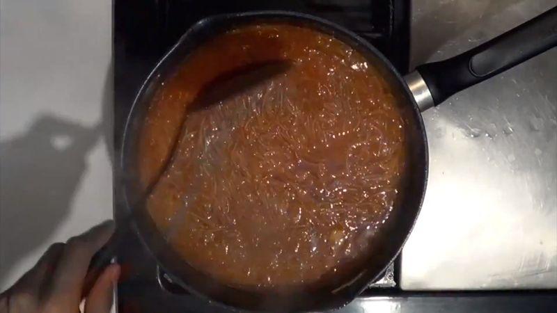 Revuelve cada 3 minutos hasta que la pasta se vaya cociendo con el vapor y el caldo caliente.
