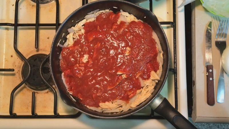 Ya para terminar coloca la salsa de chipotle licuada encima del pollo junto con 3 cucharones de caldo de pollo, revuelva perfectamente y ya a fuego bajo tape por 5 minutos para que se mezclen todos los ingredientes.