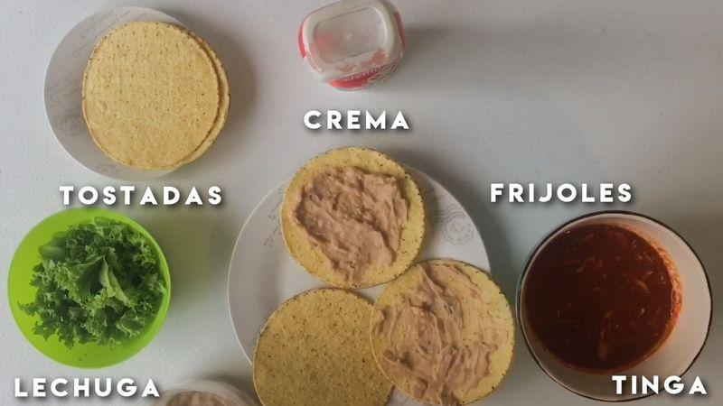 Disfruta la comida con unas ricas tostadas con frijoles, queso fresco, lechuga y crema al gusto o en tacos.