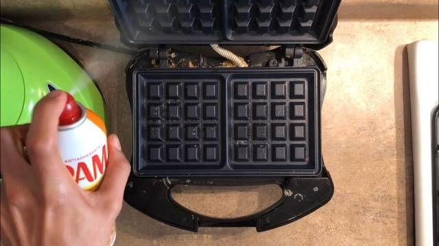 Precalienta la wafflera por 5 minutos y una vez caliente añade Pam o mantequilla en barra directo a las paredes de la máquina para que no se pegue la masa.