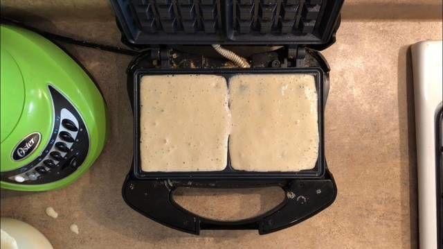 Coloca la masa en la wafflera cubriendo totalmente la superficie de los cuadritos. Cierra la máquina y espera de 3 a 5 minutos de acuerdo a la máquina, deben quedar de un tono café oscuro.