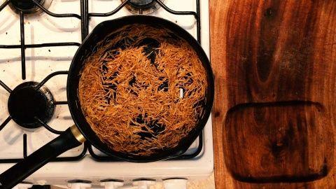 Colocar en un sartén con 1/2 cucharón de aceite a fuego alto con la pasta, revolver poco a poco hasta que la pasta se tueste y tenga un tono dorado, sin que se queme.