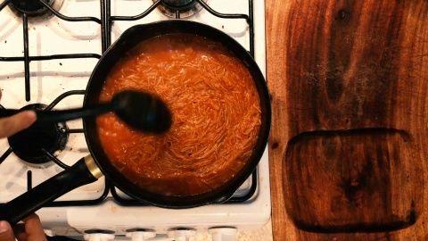 Colocar la salsa licuada, revolver y esperar a que la salsa cambie a un tono anaranjado y el fideo la absorba y tenga una consistencia pastosa.